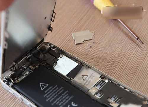 Detailed Graphic Tutorial On How To Replace The Battery Of IPhone 5/5s By Yourself